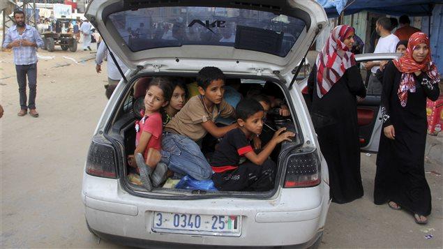 Des enfants sont évacués à bord d'une voiture à Khan Younis.