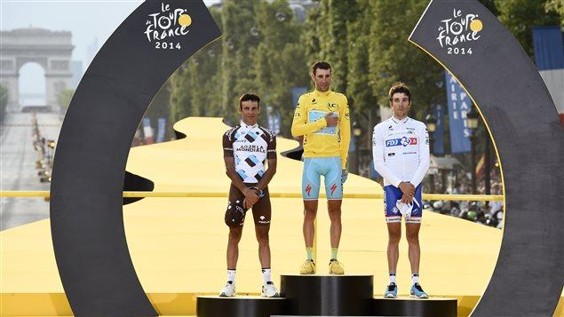 Jean-Christophe Péraud, Vincenzo Nibali et Thibaut Pinot sur le podium final du Tour de France 2014