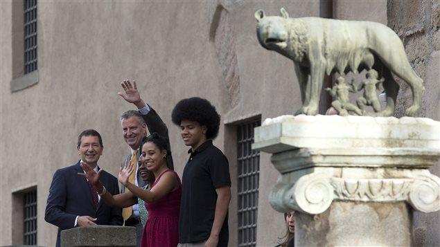Bill de Blasio, le maire de New York, passe ses vacances en Italie. On le voit en compagnie de sa famille, et du maire de Rome, Ignazio Marino (à l'extrême gauche).