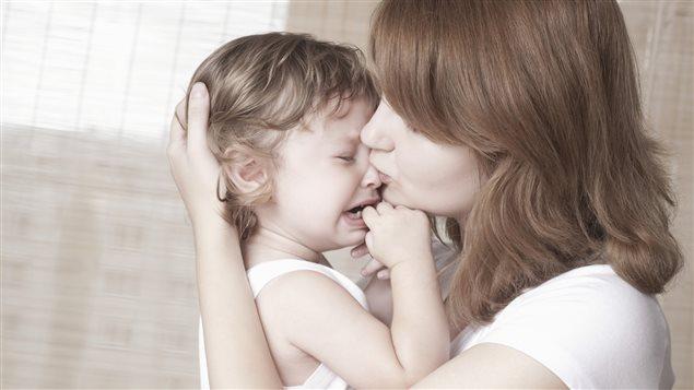 Une mère console son enfant.