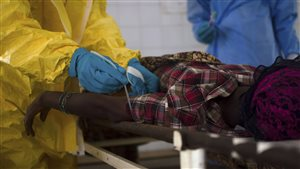 Une patiente  subit des tests à l'hôpital de Kenema en Sierra Leone.