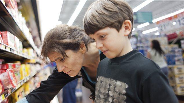 Une femme fait son marché en compagnie de son fils.