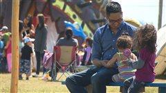 Une famille au festival Innu Nikamu