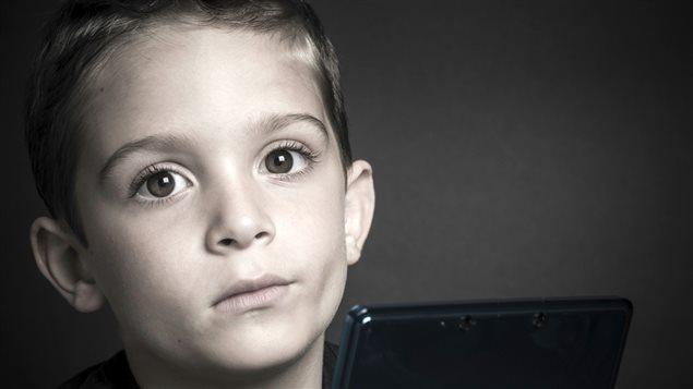 Enfant devant une console de jeux vidéo