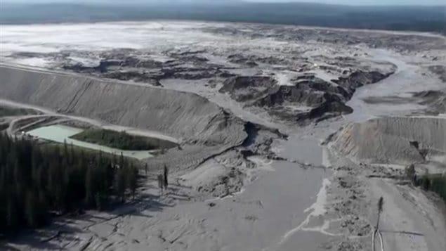Une vue aérienne de la brèche qui s'est formée le 4 août 2014 dans le bassin de décantation de la mine d'or et de cuivre du mont Polley, dans le district régional de Cariboo, dans le centre de la Colombie-Britannique.