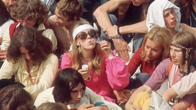 Groupe de hippies lors d'un concert des Rolling Stones, à Londres, en 1969