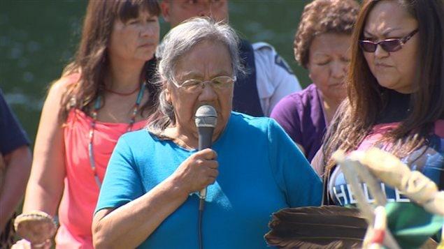 Une ancienne des Premières Nations Esk'etemc ou Seqwyitsk prend la parole lors de la cérémonie de prières pour la protection de l'environnement.