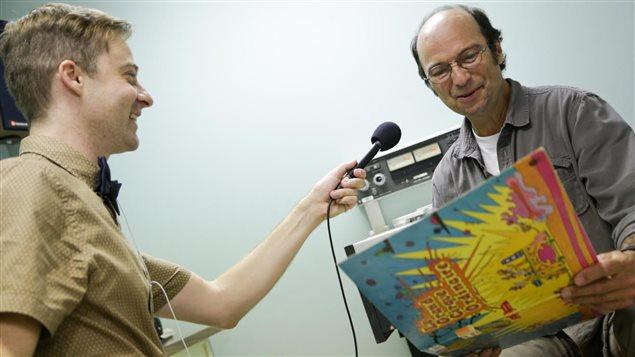 Michel Rivard découvre des trésors de la discothèque de Radio-Canada.