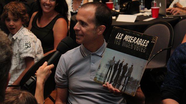 Le public a eu l'occasion de partager ses vinyles favoris. Michel Alario présente ici un album du groupe québécois Les Misérables.