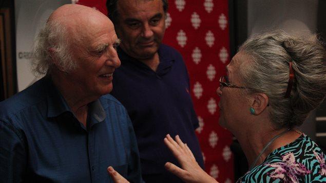 Après l'entrevue, Gilles Vigneault va à la rencontre de son public