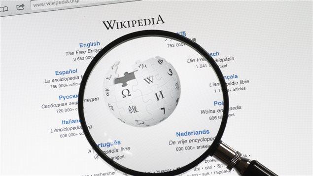 Une loupe devant la page de recherche du site Wikipédia