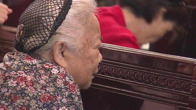 Une chrétienne prie dans une église de Chine.