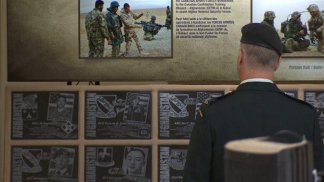 Un militaire canadien regarde la Veille Veille du monument de l'Afghanistan lors de son passage à Edmonton en Alberta