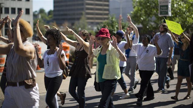 Clayton, Missouri, le 12 août 2014 : Des manifestants dénoncent  la mort de l'adolescent noir Michael Brown, tué par la police samedi dernier.