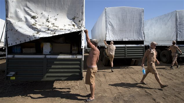Des chauffeurs préparent leur camion à la visite d'inspecteurs.