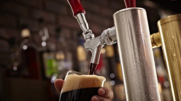 Bière sous pression servie dans un bar