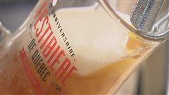 Un serveur coule une choppe de bière au Festibière de Québec.