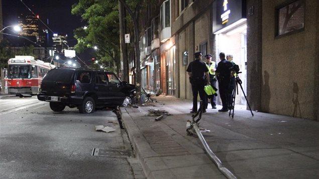 Un véhicule utilitaire sport qui a quitté la chaussée de la rue Queen est et frappé deux piétons dans la ville de Toronto.