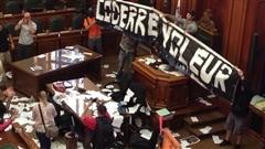 Quelques centaines de manifestants dénonçant le projet de loi 3 sont entrés dans la salle du conseil de l'hôtel de ville