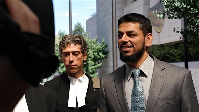 Khurram Sher (à droite) à sa sortie du palais de justice d'Ottawa, le mardi 19 août 2014