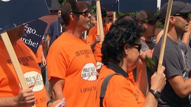 Des cols bleus de Gatineau ont manifesté contre le projet de loi 3 mercredi.