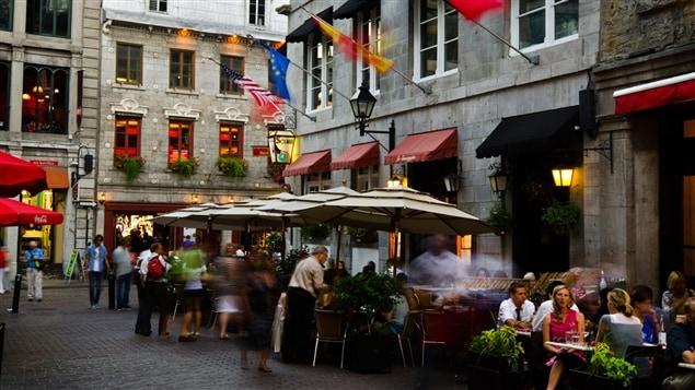 Une terrasse d'un restaurant du Vieux-Montréal.