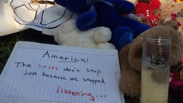 Un message laissé sur le lieu du drame de Ferguson : « Les cris ne cessent pas seulement parce que nous avons arrêté d'écouter... »