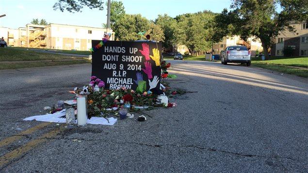 En mémoire de Michael Brown, ce jeune Noir abattu par la police à Ferguson, au Missouri