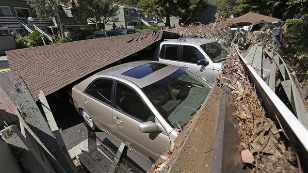 من آثار الزلزال الذي ضرب صباح أمس شمال ولاية كاليفورنيا: سيارات تحت الركام في نابا