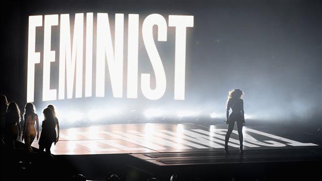 Beyoncé interprète «Flawless» aux MTV Video Music Awards 2014 devant une projection du mot «féministe».