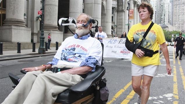 Un homme et une femme atteints de la sclérose latérale amyothrophique, ou « maladie de Lou Gehrig », lors d'une marche pour amasser des fonds à New York, en 2012