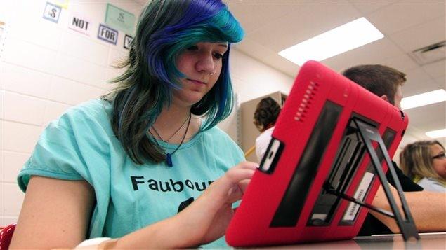 Une adolescente utilise un iPad fourni par son école. La province de l'Ontario vient donc de verser à ses conseils scolaires 150 millions sur les trois prochaines années dans le cadre d'une nouvelle stratégie pour faire la promotion d'une meilleure utilisation des nouvelles technologies en classe.