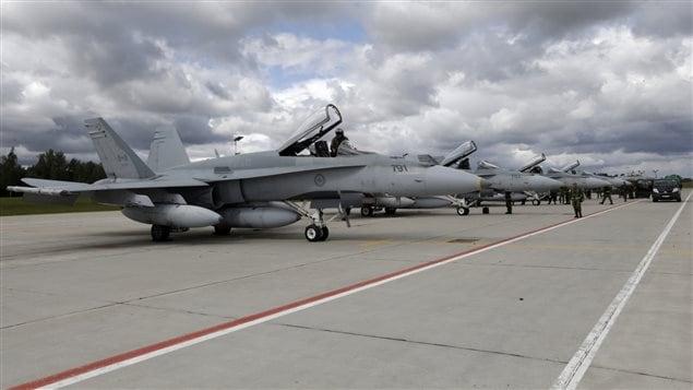 Des chasseurs canadiens CF-18 sur la base aérienne de Siauliai, en Lithuanie.