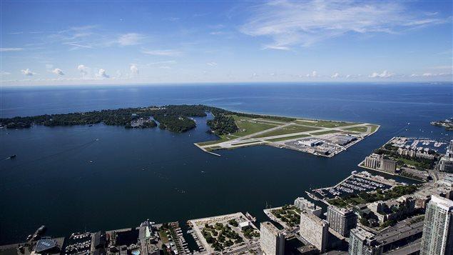 L'aéroport Billy Bishop est situé tout juste en face du centre-ville de Toronto.