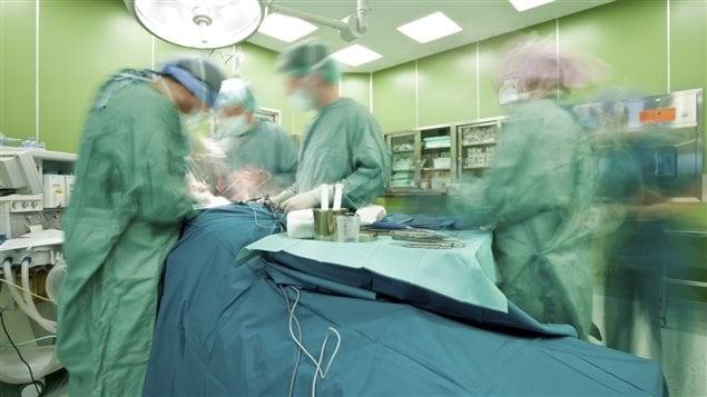 Des médecins dans une salle d'opération.