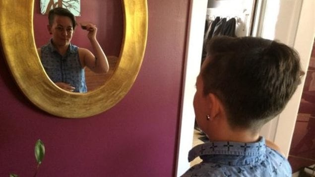 Un coiffeur de regina refuse de couper les cheveux d une for Couper un miroir