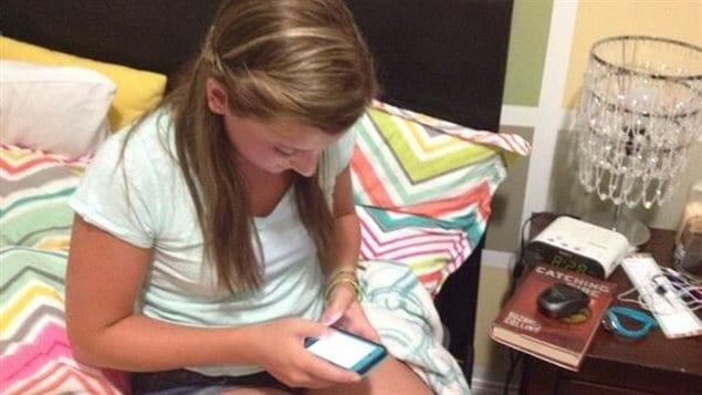 Les téléphones intelligents, tablettes et autres appareils avec un écran sont très courus par les jeunes.
