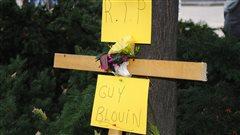 Une croix a été érigée en hommage au cycliste décédé.