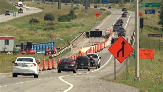 La circulation est réduite à une voie sur l'autoroute 50 est, à la hauteur de la rivière Blanche, en raison de travaux sur le pont au-dessus du cours d'eau.