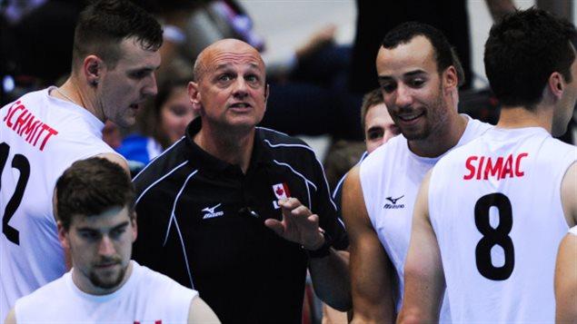 Glenn Hoag et des joueurs de l'équipe canadienne de volleyball, dont Gavin Schmitt et Adam Simac