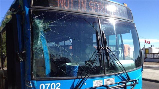 Un garçon de 9 ans a volé cet autobus et l'a conduit sur plusieurs coins de rue.
