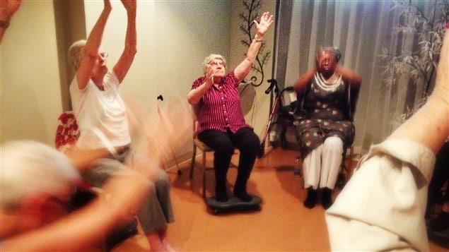 Ces aînés pratiquent le yoga depuis 3 ans pour soulager leurs douleurs chroniques.