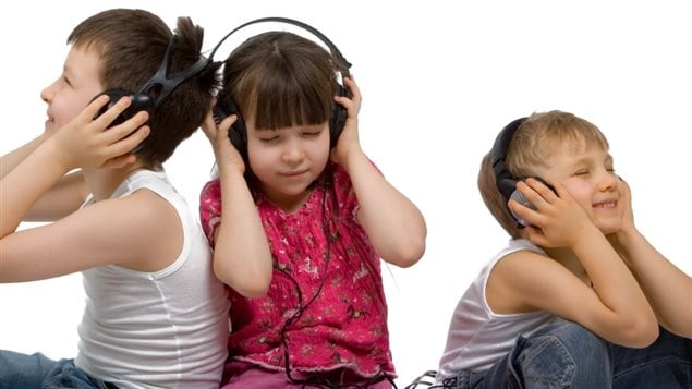 Des enfants qui écoutent de la musique