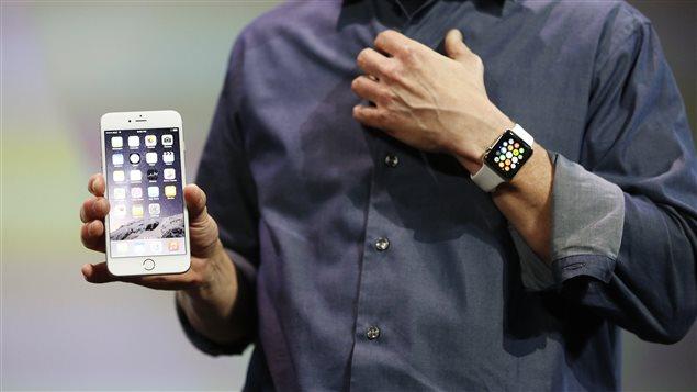 Le PDG d'Apple, Tim Cook, présente un nouvel iPhone et la montre intelligente dévoilés par l'entreprise, le 9 septembre.