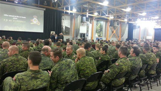 Des dizaines de militaires canadiens à la base militaire de Valcartier au Québec.