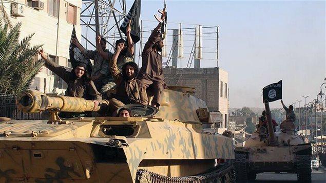 Photo d'un défilé de djihadistes à Raqqa, en Syrie, envoyée aux médias en juin 2014 par le groupe armé État islamique