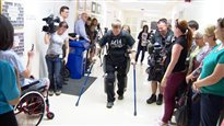 Une machine donne des jambes à des paraplégiques