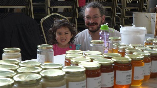 Jonathan Lessard et sa fille de Merveilles d'abeilles à Saint-Didace