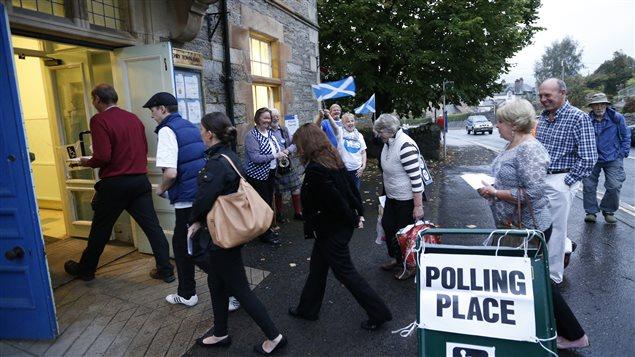 Des électeurs se rendent dans un bureau de vote de Pitlochry.