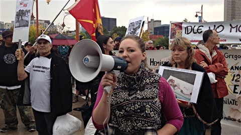 Plusieurs protestataires appartenant à divers groupes comme les Autochtones, les Palestiniens et ceux qui sont opposés à l'avortement se sont rassemblés devant le Musée canadien pour les droits de la personne avant la cérémonie d'inauguration.